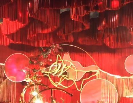 广东揭阳:新人婚礼太过豪华,现金首饰银行卡