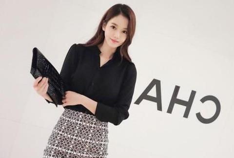 黑色长袖衬衫搭配灰色花纹职业裙,都市丽人的风潮,很有时尚范