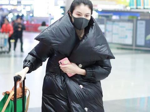 何穗全黑Look走机场,面包服温暖时尚,细长腿却遮挡不住