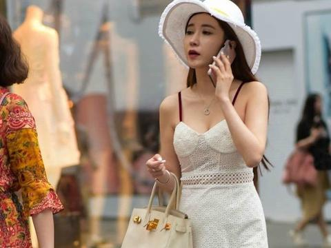 身材丰腴的小姐姐,穿搭吊带短裙,凸显性感的女神范!