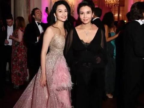 """当杨幂与邱淑贞女儿同穿羽毛裙,原来加不加""""内搭""""的差距这么大"""