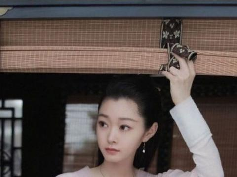 30岁宋轶穿浅紫色星空天鹅裙,优雅灵动,再现动人天鹅颈