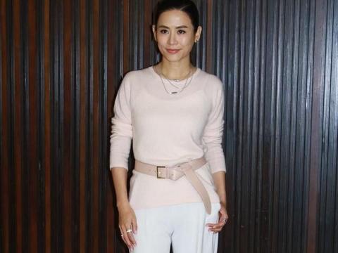 49岁宣萱身材比例太出众,穿粉色针织衫配白色阔腿裤