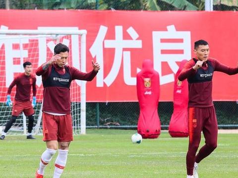 国足迎来热身赛两连胜,杨旭成进球功臣,艾克森拍全家福笑容满面