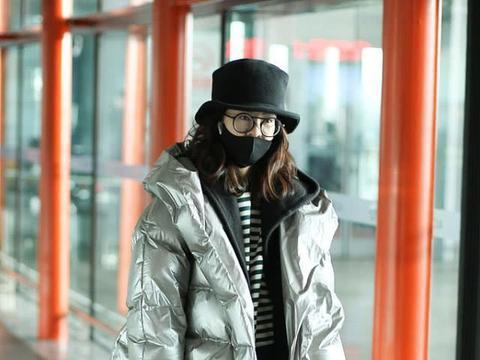 郁可唯银色潮服走机场,小礼帽戴出可爱少女感,牛仔裤穿出好身材