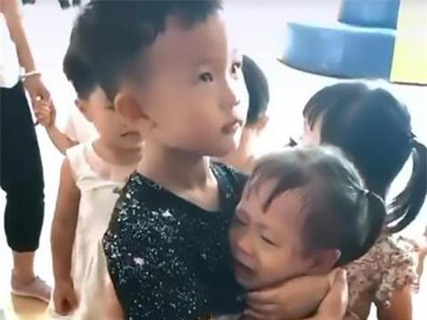 """妹妹刚上幼儿园,上大班的哥哥来""""探视"""",俩小家伙暖哭了老师"""