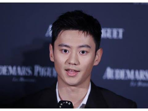 魅力十足!昔日泳坛男神宁泽涛出席活动,一身西装打扮尽显帅气
