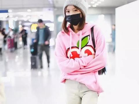 程潇现身机场,穿紫色毛呢外套好抢眼,脚踩骑士靴腿细的不真实