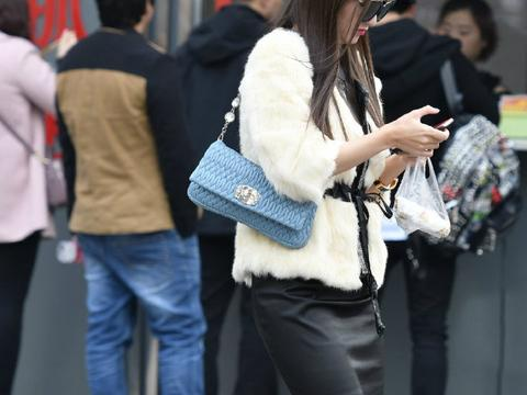 辣妈穿这么贵的貂皮大衣,配上黑丝尽显大长腿