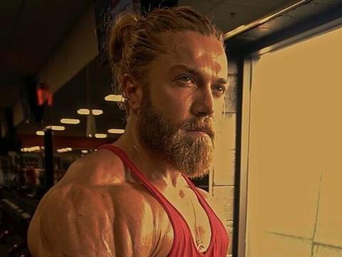 他一头金色长发,长相酷似雷神全年保持4%体脂,被吐槽使用利尿剂