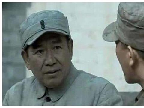 《亮剑》后勤部长张万,为何用20箱手榴弹和李云龙换日军指挥刀?