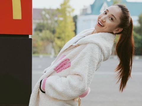 35岁陈彦妃气质不错!白色羊羔毛大衣清新甜美,扎高马尾俏皮阳光