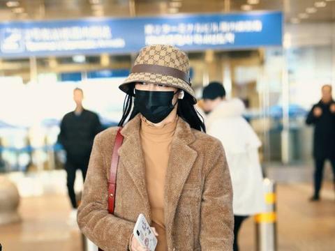 周洁琼难得低调,棕色呢子外套搭牛仔裤现身机场,口罩也难遮美颜