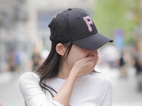 """""""P""""字母的棒球帽小姐姐"""