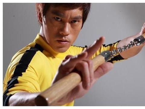 因撞脸李小龙被周星驰发掘,29岁走红演艺圈,如今44岁成这样