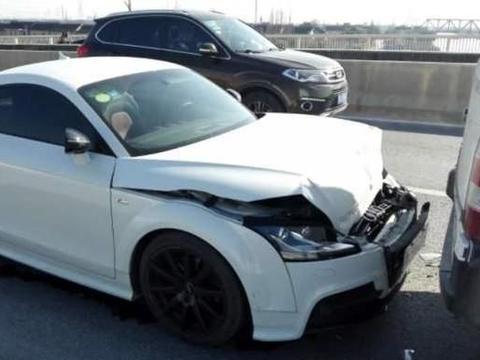 日产遭吉利追尾,保险杠脱落,差距明显,车主要哭了