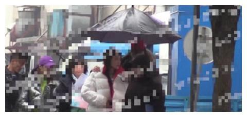 陈乔恩新男友探班高调撒狗粮,雨中相拥太浪漫,现实版偶像剧