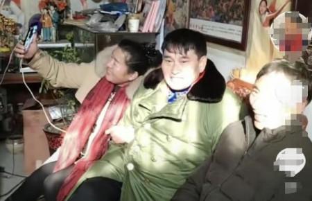 大衣哥近照曝光,罕见与老婆秀恩爱,拒绝外界打扰在家做针线活?