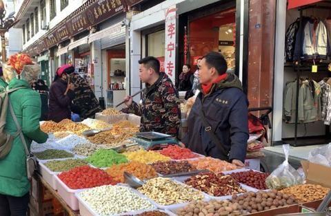 新春走基层:年味渐浓,丹巴年货市场好热闹