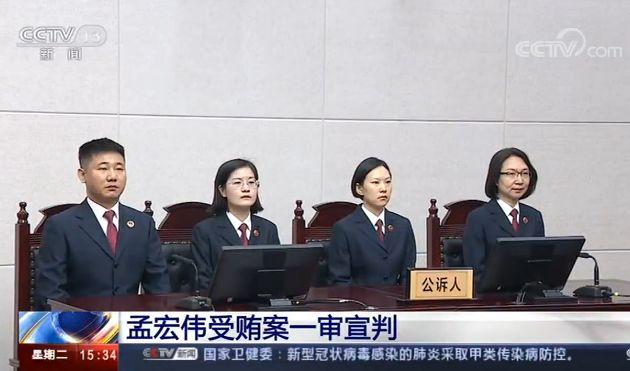 """""""第一公诉人""""朱静(右一)"""