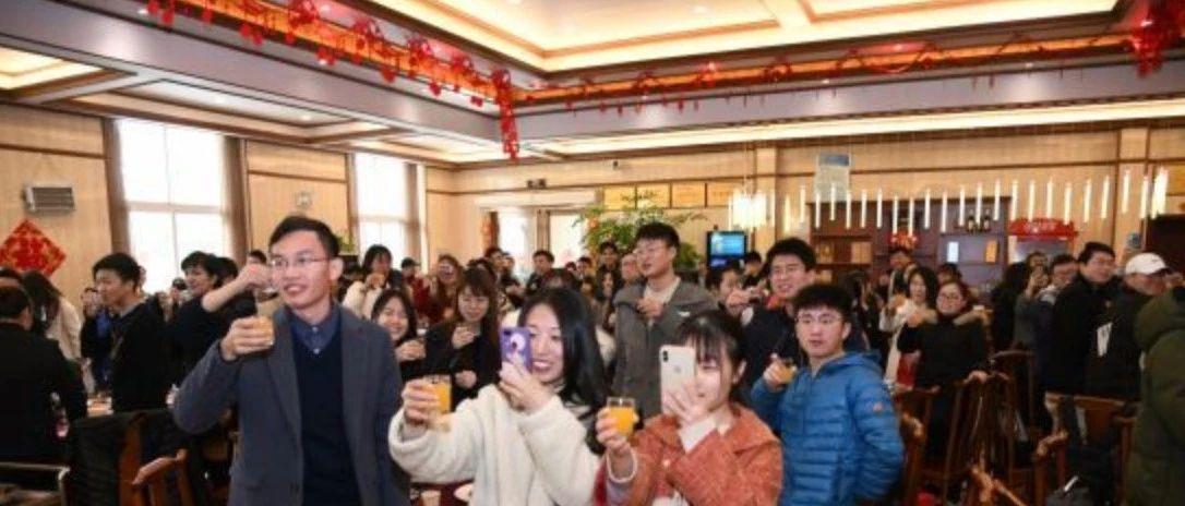 武汉一高校留校师生共享团年饭迎新春,其乐融融