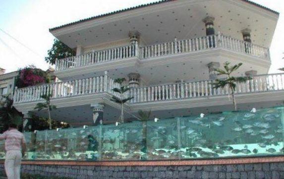 土豪将自己的别墅围墙是鱼缸,全世界找不到第二家