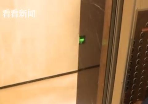 女业主电梯内遭装修工持刀抢劫:不要装死快转钱