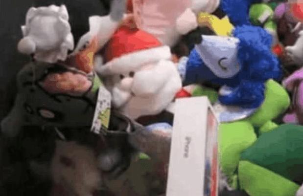 男子20元抓娃娃,抓到一部苹果8,网友:经理奖金泡汤了