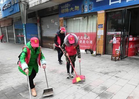 常宁市民政志愿者积极参与城区卫生大扫除