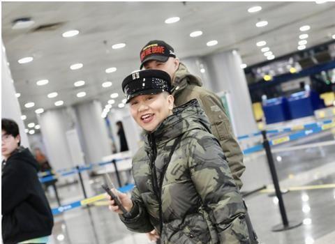 """徐锦江夫妇现身机场,和妻子甜蜜调情太惹眼,""""鳌拜""""气息全无"""
