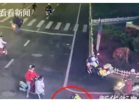 惊魂!车辆路口拐弯 4岁男童突然从车内甩出...