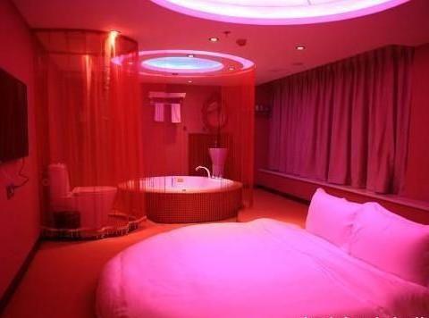 情侣房大揭秘,一张床4个枕头,酒店老板告诉你怎么使用
