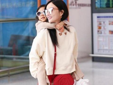 李小璐背着甜馨外出不辞辛苦,母女俩披散着长发,戴墨镜很拉风