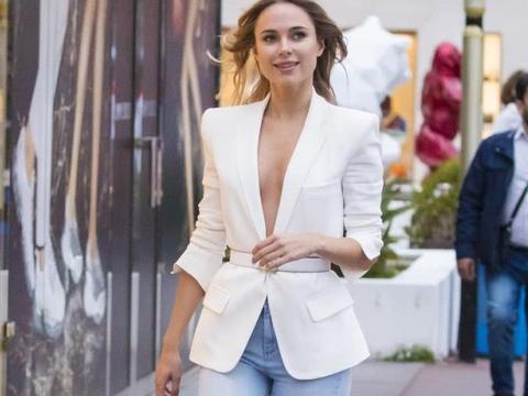 金伯利·加纳街拍,身穿白色西服搭配牛仔裤,清爽出街妩媚动人