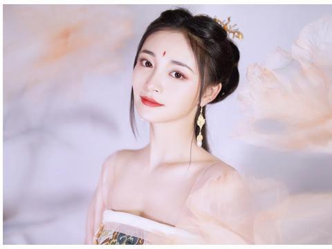 周洁琼抱琵琶变古典美人 穿粉色纱裙仙气飘飘眉间朱砂很亮眼
