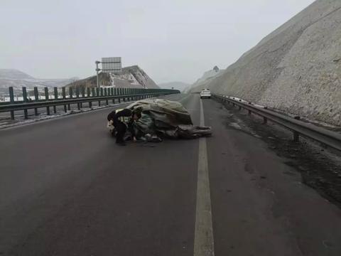 高速交警及时清理散落物 排除险情保安全