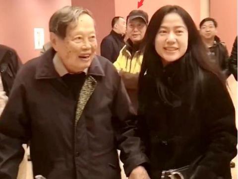 97岁杨振宁看展,小54岁翁帆追上去牵手,尴尬秀恩爱网友目光怪异