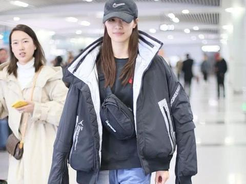 钟楚曦街拍:Jordan羽绒服Supreme腰包,高贵奢华酷有范儿!