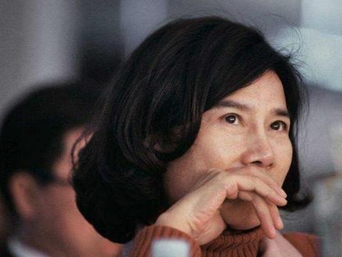 她26岁成为中国女首富,如今财富高达1913亿,豪车无数却没法开?