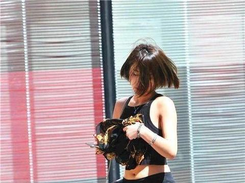 小姐姐搭配黑色套装,短发精致迷人超酷
