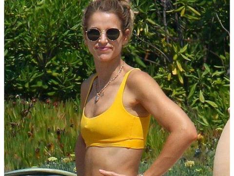 法国真人秀女星现身海边度假,身穿黄色泳装坐姿优雅,戴墨镜很美