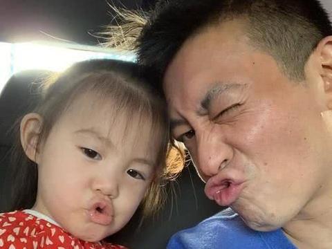 陈冠希带女儿看电影,Alaia露可爱甜笑,完美遗传妈妈大长腿
