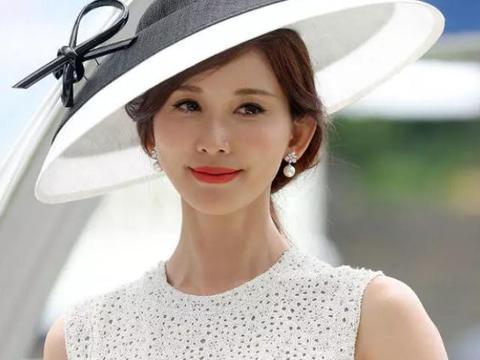 林志玲亮相英国赛马场 戴大礼帽黑白造型 白肤红唇优雅迷人