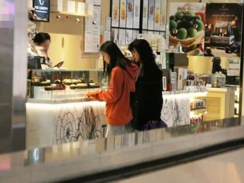 陈奕迅15岁女儿与妈妈逛街,徐濠萦穿高跟鞋才能与她身高持平