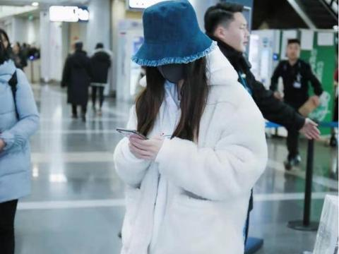 Angelababy现身机场,白色连帽卫衣款式简洁,清新范儿十足