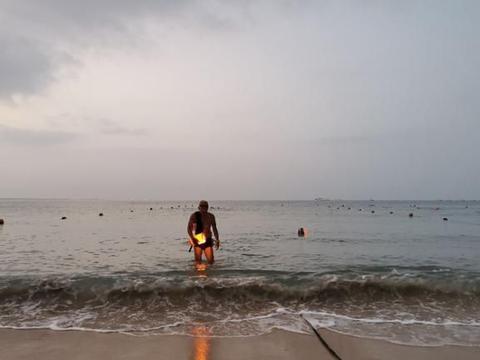 随拍夜泳大东海
