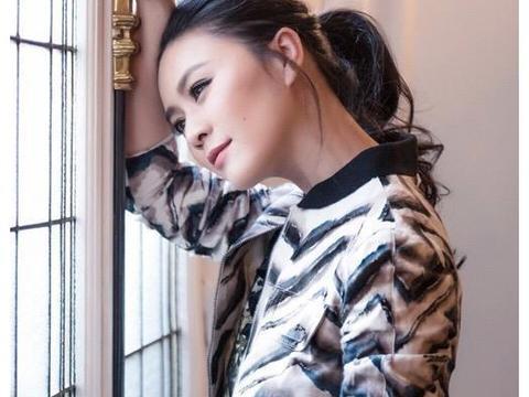 44岁田海蓉真抗老!一身花纹套装look亮相减龄高贵,看着太像90后