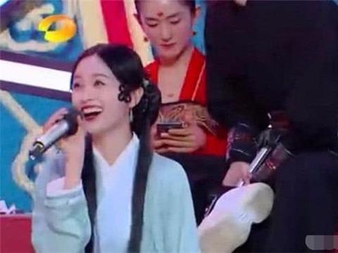 谢娜澄清节目中玩手机是为了记歌词,不专业举动是向朱丹看齐?