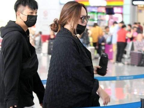 32岁郑欣宜胖成第二个张惠妹,活动中打扮优雅,面对镜头自信十足