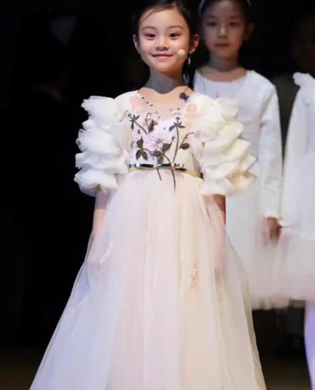 这还是印象中的甜馨吗?7岁的她蜕变成了小女神,羡慕
